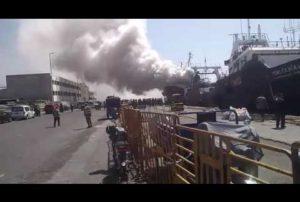 Un bateau ravagé par le feu dans le port d'Agadir