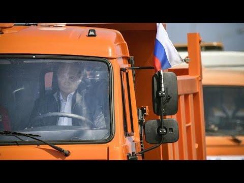 Poutine en camionneur ! Il inaugure un nouveau pont entre Russie et Crimée